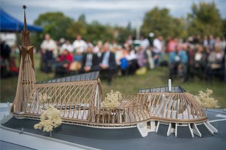 A makettet Schmitt Pál volt köztársasági elnök és felesége adományából készítették el