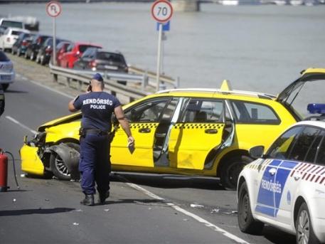 A taxis üldözésének vége az Erzsébet-híd közelében (fotó: Mihádák Zoltán, MTI)