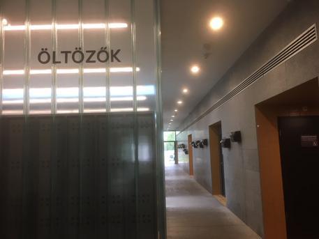 Útban a bejárattól az öltöző felé (fotó: ittlakunk.hu)