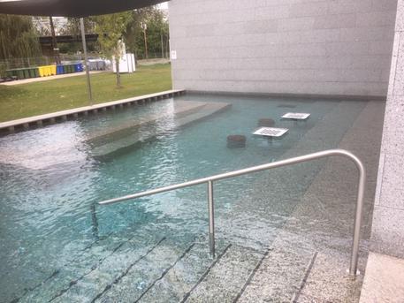 A sakktáblás medence (fotó: ittlakunk.hu)