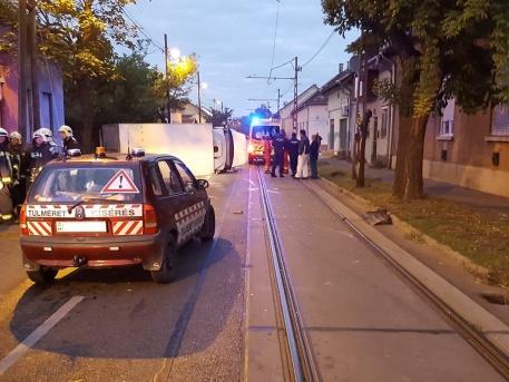 Sínekre borult a kisteherautó (fotó: BKK)