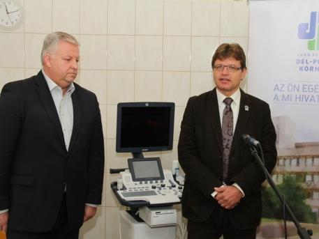 Szabados Ákos és dr. Ralovich Zsolt az átadón