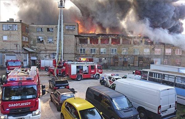 A Fáy utcai gyártűz (fotó: Mihádák Zoltán - MTI)