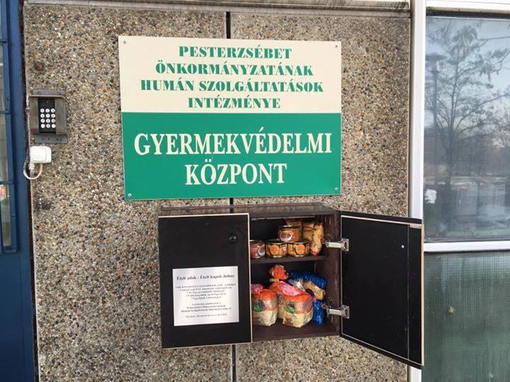A dobozba tartós élelmiszer rakható (forrás: pesterzsebet.hu)