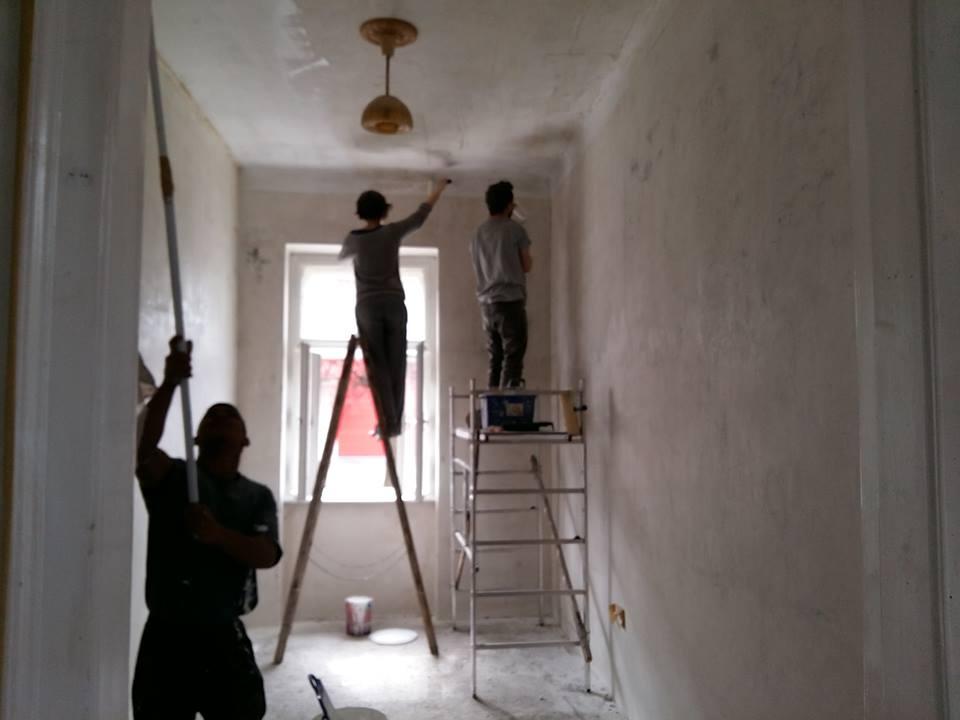 Önkéntesek újítják fel a leendő lakókkal közösen a kijelölt bérlakást (forrás: ULE)
