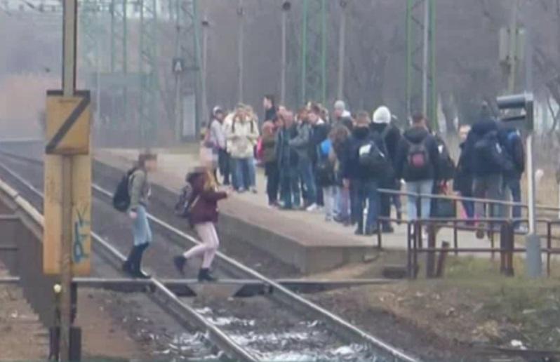 Pár méterre a vonattól