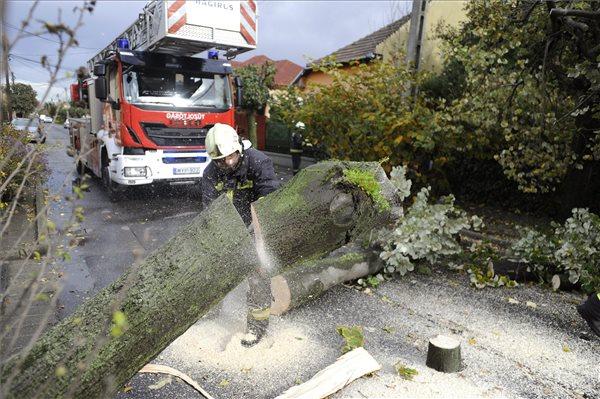 A Kölcsey utcában is dolgoztak a tűzoltók (fotó: Mihádák Zoltán - MTI)